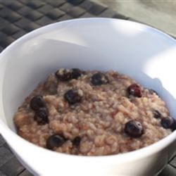 Blueberry Oatmeal Recipe - Start your day off right with a delicious bowl of oatmeal made with cinnamon, vanilla, and fresh blueberries.