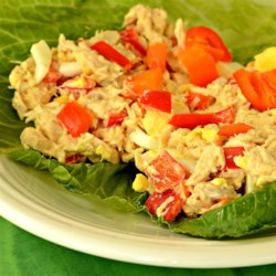 Sriracha Tuna Salad Recipe - Everybody loves sriracha, so why wouldn't you love it in a tuna salad sandwich with eggs, sweet peppers, mayonnaise, and honey mustard?