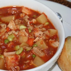 Manhattan Style Clam Chowder Recipe - This generous recipe makes enough for twelve!  It is full of vegetables - tomatoes (of course), carrots, celery, potatoes, red and green peppers - and is seasoned with basil, oregano, Worcestershire, and hot pepper sauce.