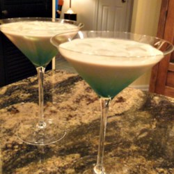 Slippery Frog Recipe - This is an alcoholic drink for the White Russian lover. The twist is the addition of creme de menthe which not only give it a nice green color but makes the whole drink taste like a mint cookie!