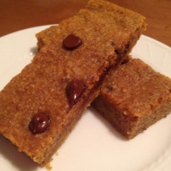 Pumpkin Energy Bars Recipe - This bar cookie is great for autumn thanks to the inclusion of pumpkin, the typical pumpkin spices, and chocolate chips.