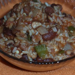 Vegan Cajun Hoppin' John Recipe - This vegan hoppin' John recipe combines black-eyed peas and brown rice together in a tomato paste-based sauce that goes nicely with cornbread.