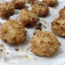 Easy Chicken Balls Recipe - A mixture of ground chicken, three cheeses, cloves, onion, eggs and seasoning makes for great golden fried chicken balls!