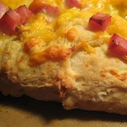 Eggs Benedict Breakfast Pizza Recipe - This breakfast pizza topped with eggs, ham, and hollandaise sauce on a crescent roll crust gives you the great flavor of eggs benedict.