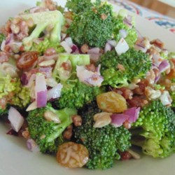 Easy Broccoli Bacon Salad Recipe - This quick and easy broccoli bacon salad will convert all the broccoli-haters into broccoli-lovers after taking just one bite.
