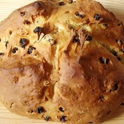 Irish Bannock Recipe - This is a round buttermilk loaf with currants that resembles nothing so much as a giant scone.  Enjoy this bread for breakfast.