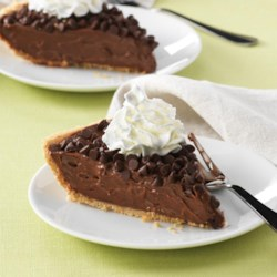 Quick and Easy Chocolate Pie Recipe - A dessert pie recipe with a filling of Reddi-wip and chocolate pudding topped with mini chocolate morsels in a graham cracker crust.