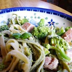 Spinach Fettuccini with Broccoli and Ham Recipe - This lovely pasta recipe I've learned from my father-in-law. The creme fraiche tastes great with ham and broccoli.