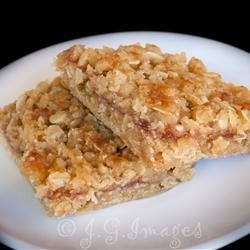 Raspberry Oat Bars Recipe - Tasty oat bars with a zippy layer of raspberry in the center.
