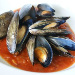 Appetizer Mussels Recipe - Spicy steamed mussels in white wine and tomato juice.