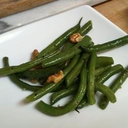 Lemony Green Beans with Walnuts and Thyme Recipe - These tangy fresh green beans with nuts and fresh herbs are great with grilled fish!