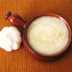 Thick-Style Lebanese Garlic Sauce Recipe - This sauce, using only garlic, salt, lemon juice, and oil, can be used as a condiment on grilled meats, as a salad dressing, and in dishes that require good garlic flavor.