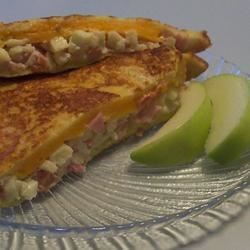 Apple Ham Grilled Cheese Recipe - This is a satisfying sandwich that is quick to make and fills you up. Although the ingredients are not necessarily 'figure friendly' they are a good way to get your kids to get their protein, and fruits all in one meal item.