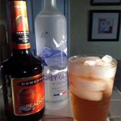 Alcoholic Sweet Peach Tea Recipe - Make a summery iced-tea cocktail with the addition of vodka and peach schnapps.