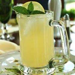 Refreshing Lemonade Recipe - A sugar-free recipe for fresh lemonade.