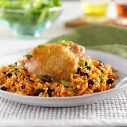 Hunts(R) Arroz con Pollo y Frijoles Negros Recipe - Rice and beans cooked with tomato sauce and seasoned chicken for a one-skillet dish.