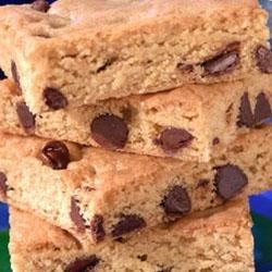 Toll House(R) Blonde Brownies Recipe - Golden brownies with pure brown sugar, butter and vanilla for a caramelesque, butterscotchy flavor. A super treat to tuck into lunch bags.