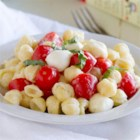 Easy Caprese Mac and Cheese - Busy day? Take it easy with this Easy Caprese Mac and Cheese. Jazz up your mac and cheese with tomatoes, mozzarella and basil in this Caprese-inspired macaroni and cheese.