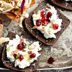 Almond-Thyme Party Toasts with Goat Cheese