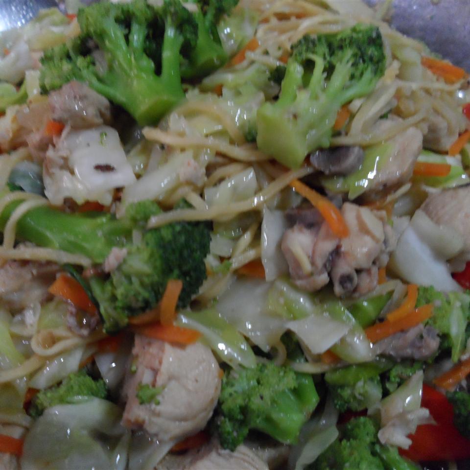 Ramen Noodle Stir-Fry with Chicken and Vegetables natzsm