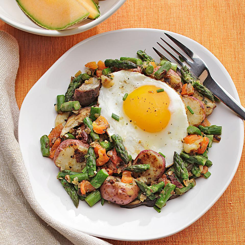 Made with asparagus, roasted red pepper and mushrooms, this hash has a fresh and light, springtime taste. Serve with hearty whole-grain toast for an easy vegan breakfast or with an egg on top for a vegetarian take.