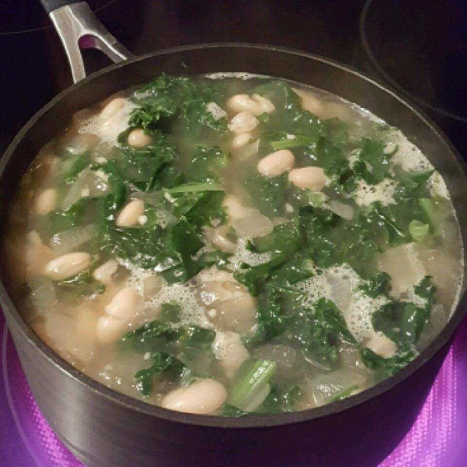 Simple and Delicious Kale Soup sungnomnomnom