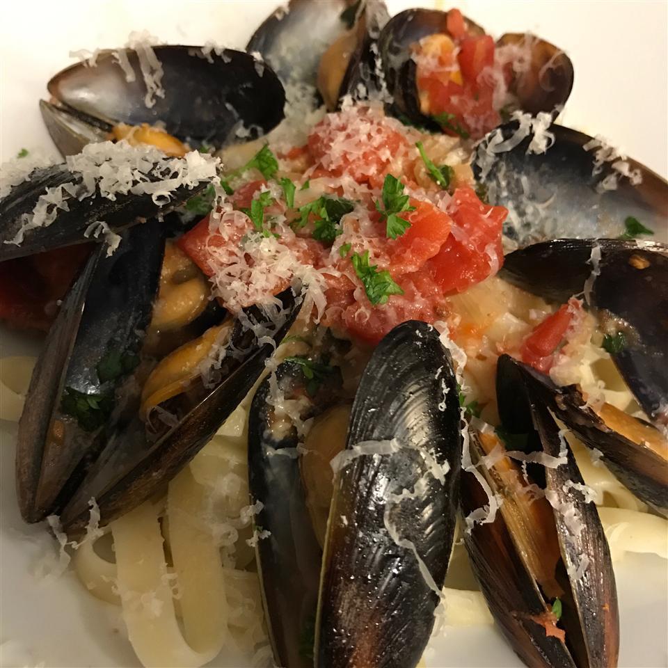 Garlic Wine Mussels image