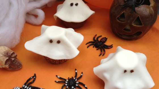 Photo of Halloween Fondant Ghost Cupcakes by barbara