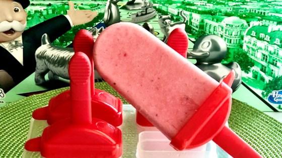 Photo of Skinny Creamy Strawberry Pops by Yoly