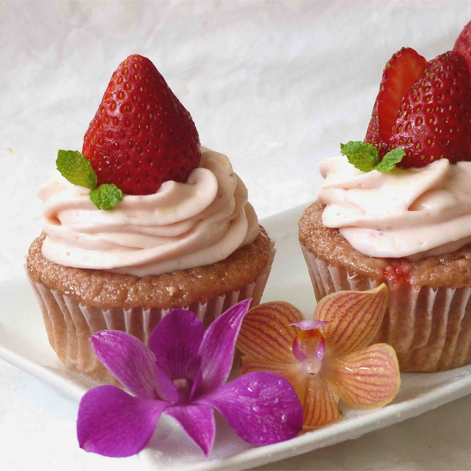 Real Strawberry Cupcakes_image